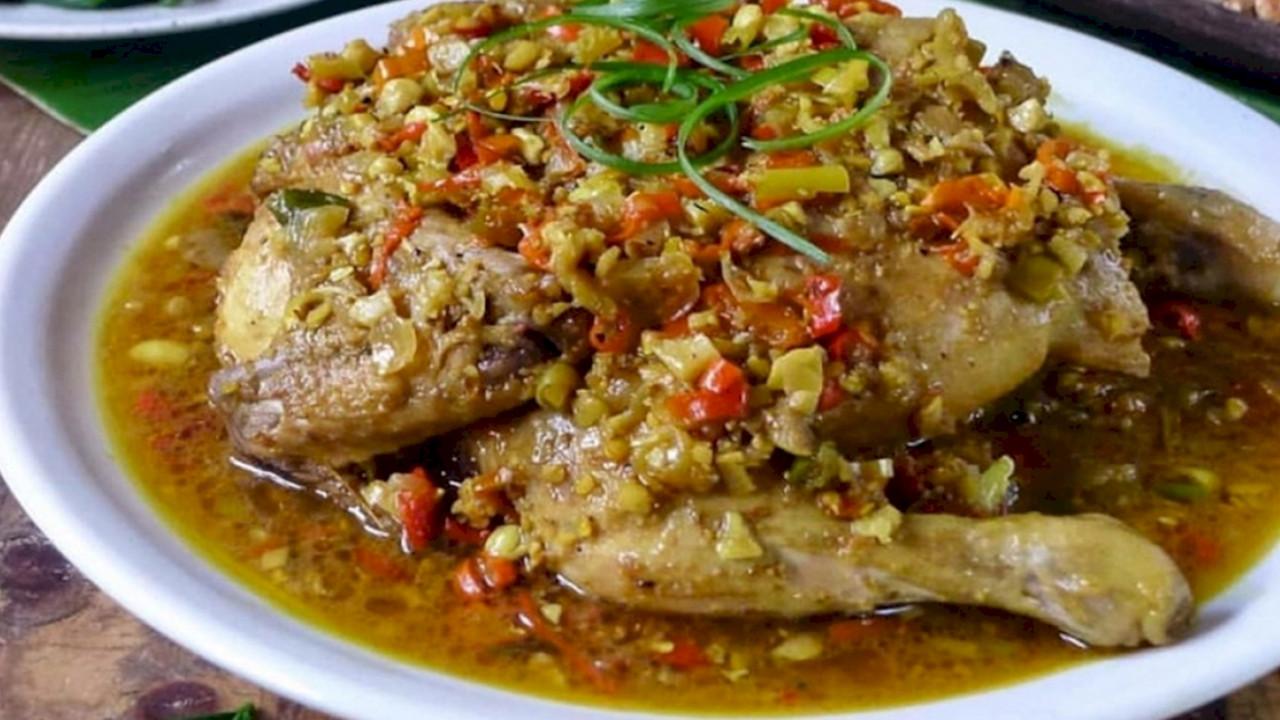 Ayam betutu, kuliner dari daerah Bali, nikmat dan sedap.
