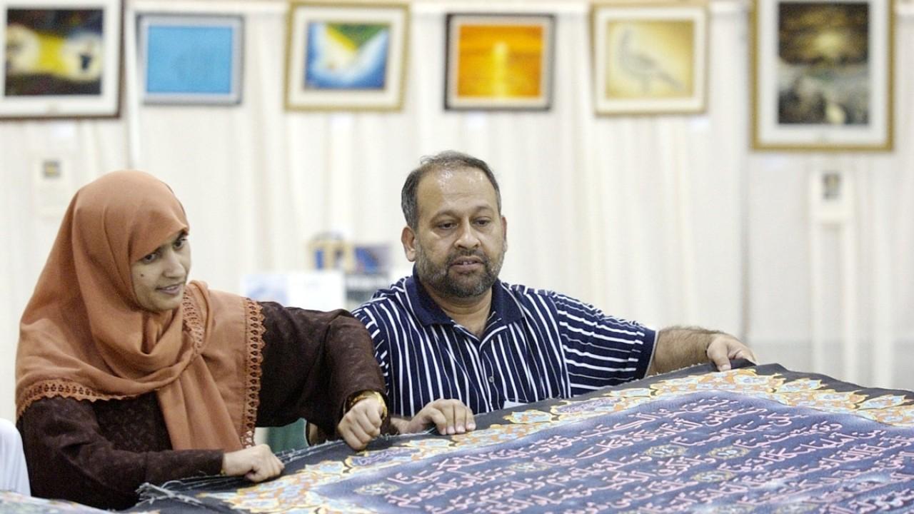 Al-Qur'an berwarna tulisan tangan terbesar di dunia. (Reuters/Tim Shaffer)